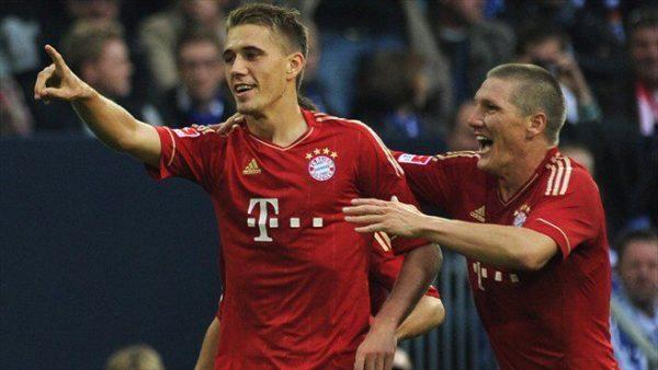 Nils Petersen with Sebastian Schweinsteiger at Bayern Munich - Soccer Scholarships in the USA as an alternative